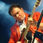 Nico D'Alessio alla chitarra