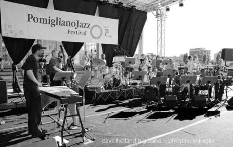 Didascalie d'autore, sei scatti a Dave Holland per il live 2005 al Pomigliano Jazz in Campania